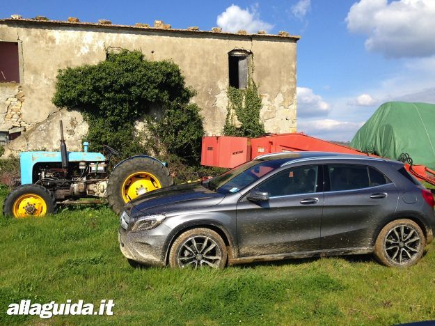 Mercedes GLA in offroad