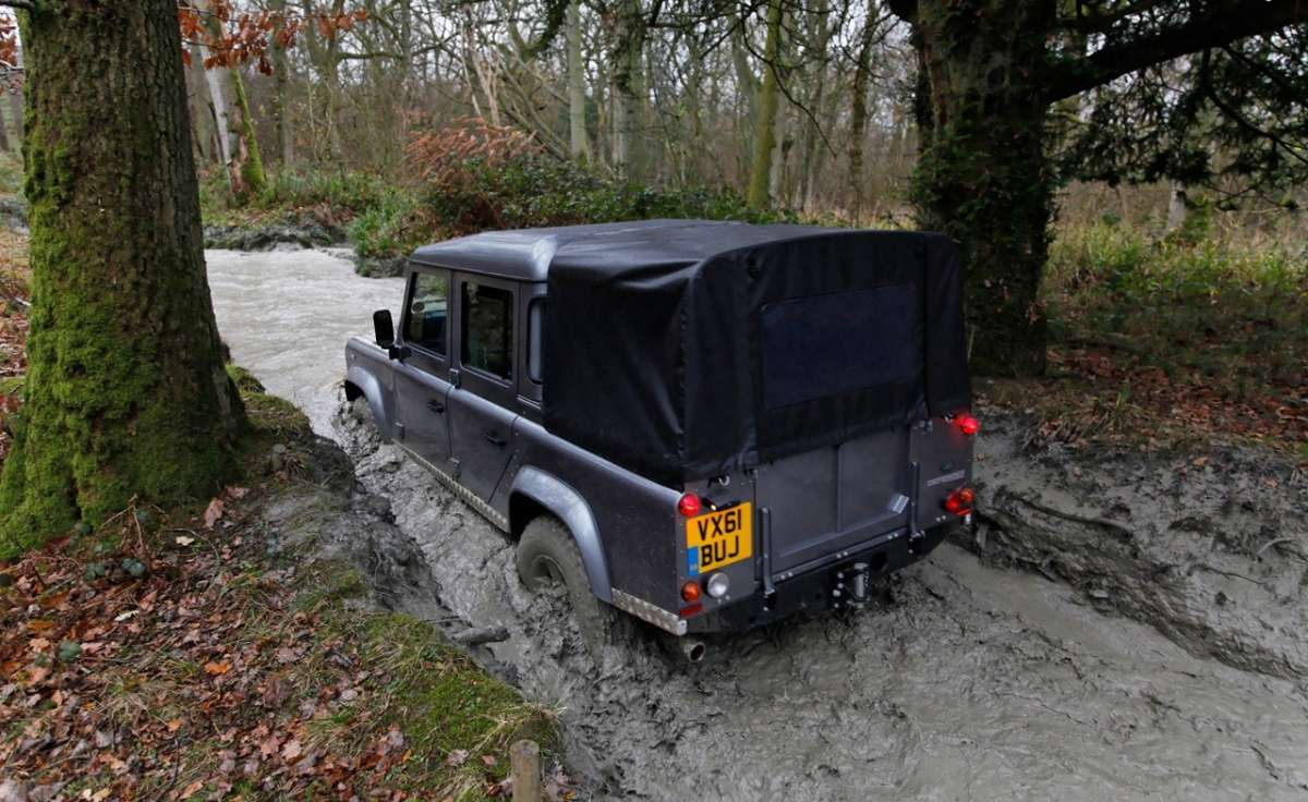 Land Rover Defender Pick Up in fuoristrada (2)