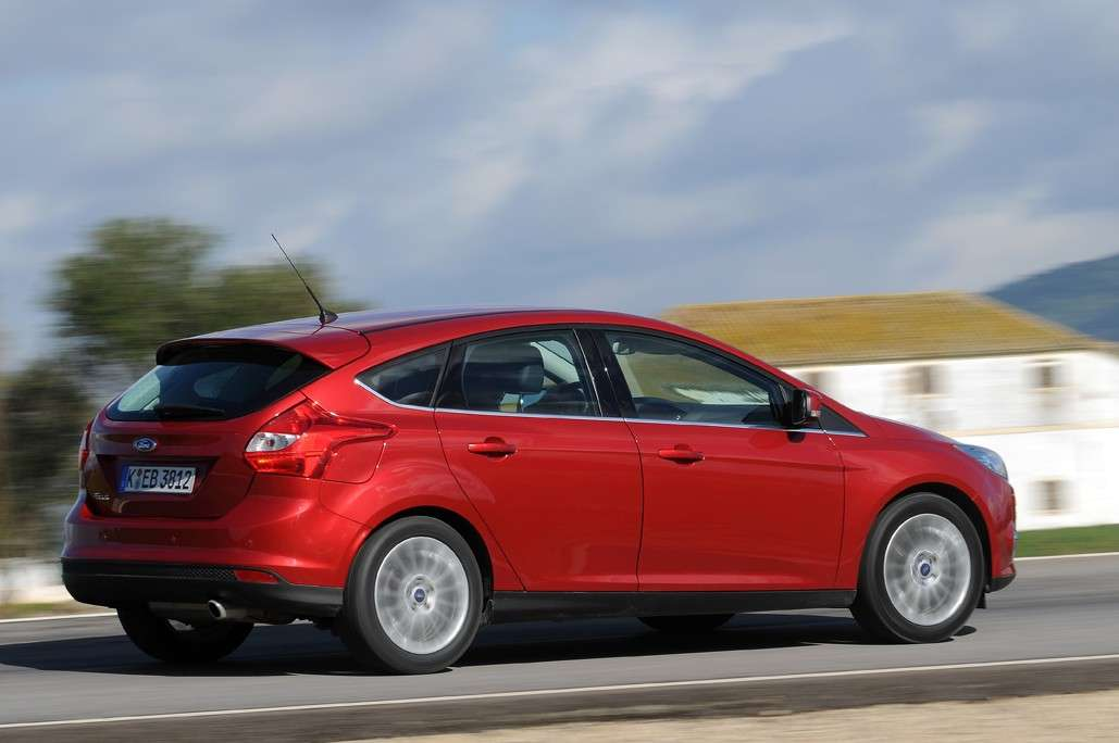 Ford Focus 2011 laterale (2)