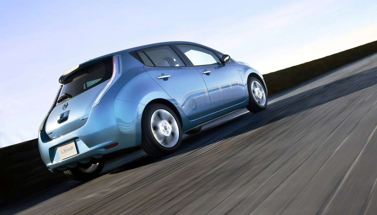 Nissan Leaf posteriore dal basso