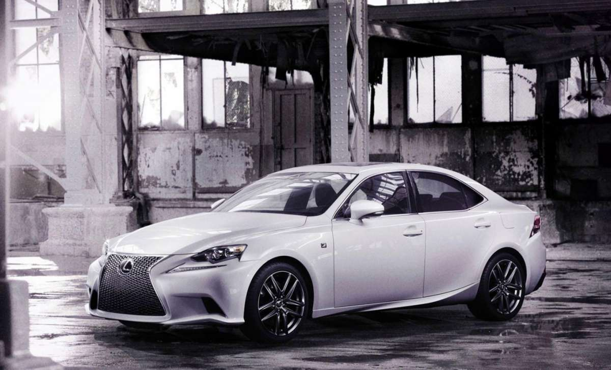 Lexus IS, tre quarti anteriore