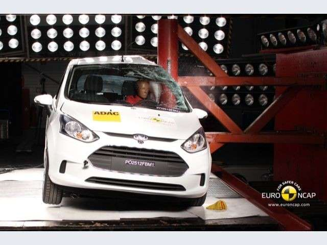 Ford B-Max test laterale palo