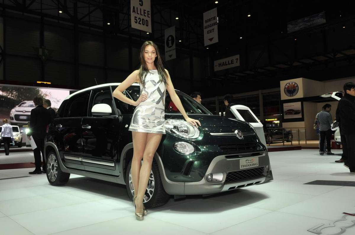 Con hostess allo Stand Fiat