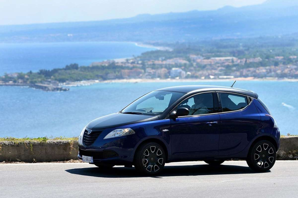Ypsilon S by Momodesign blu e nera