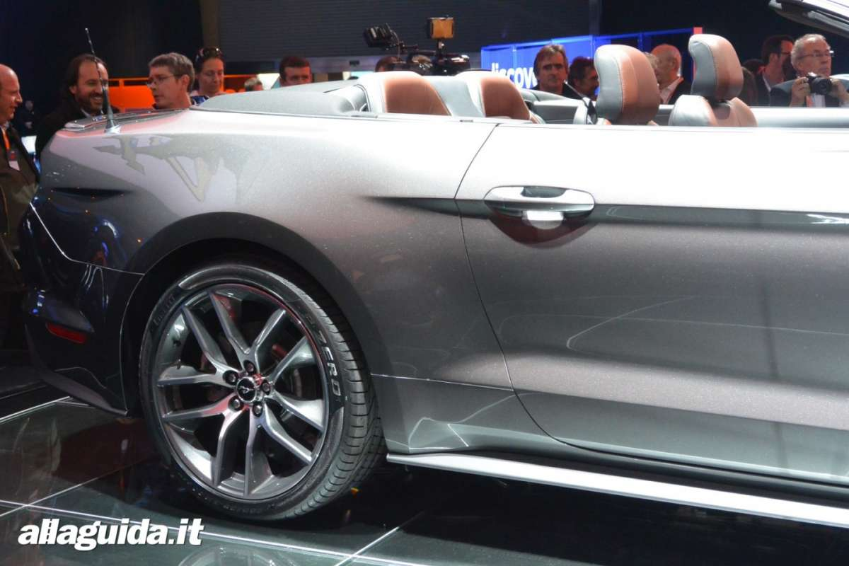 nuova Ford Mustang convertible, fiancata