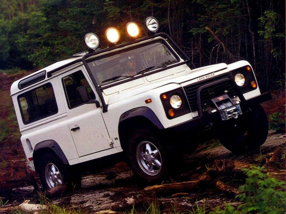 Land Rover Defender 90 in salita