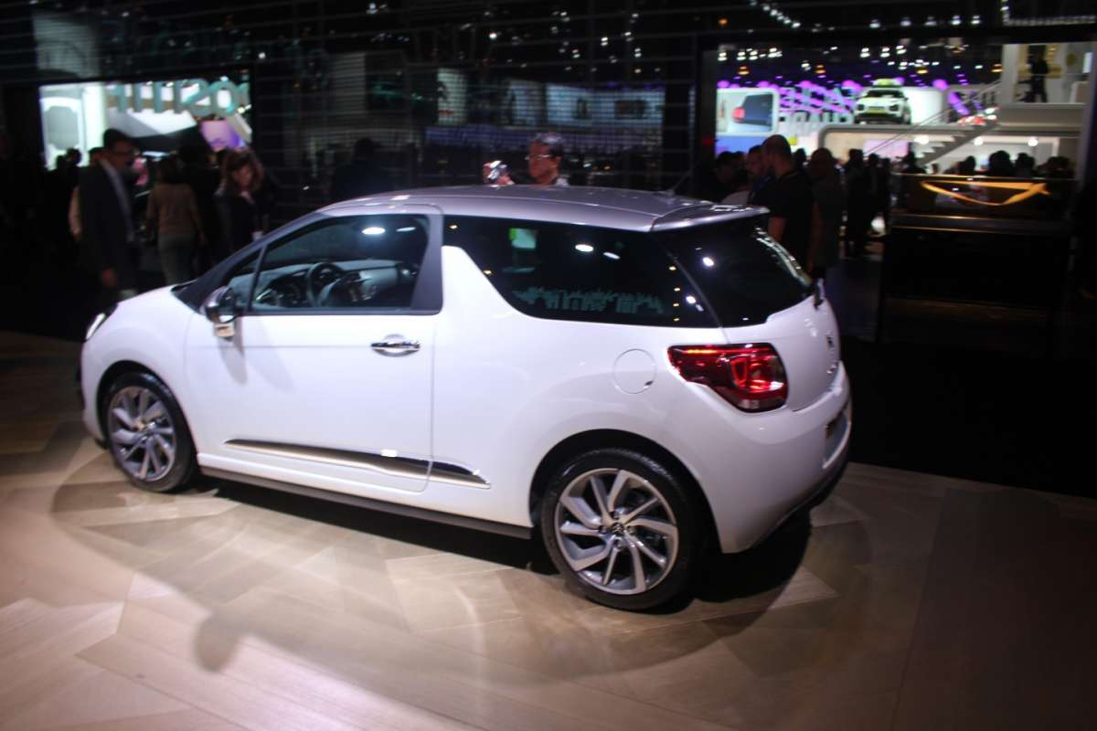 Vista laterale Citroen DS3 2015 restyling