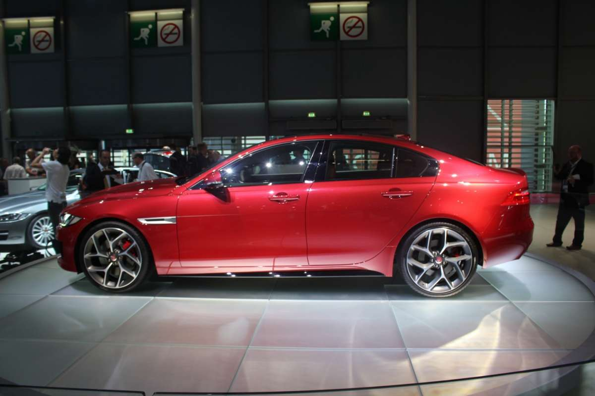 Jaguar XE vista laterale