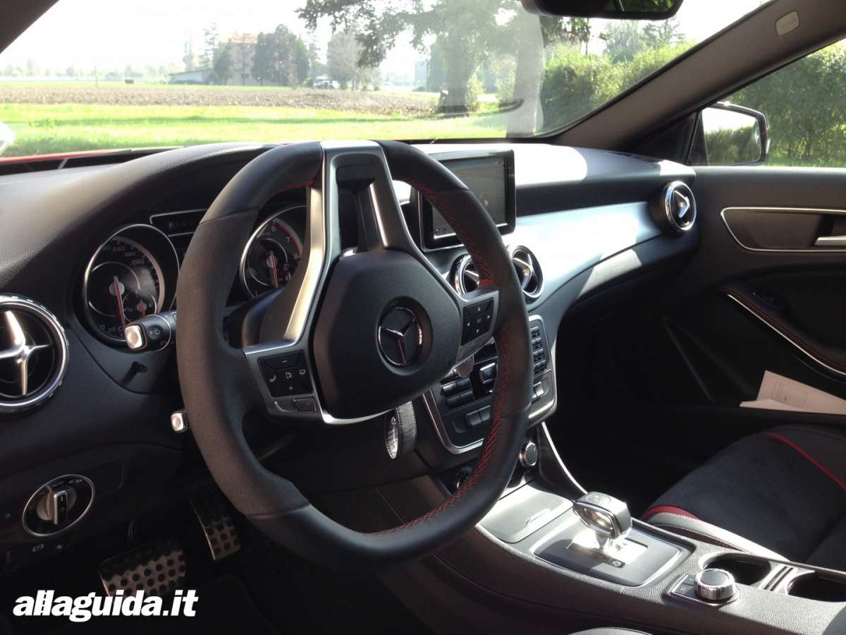 Mercedes GLA 45 AMG interno