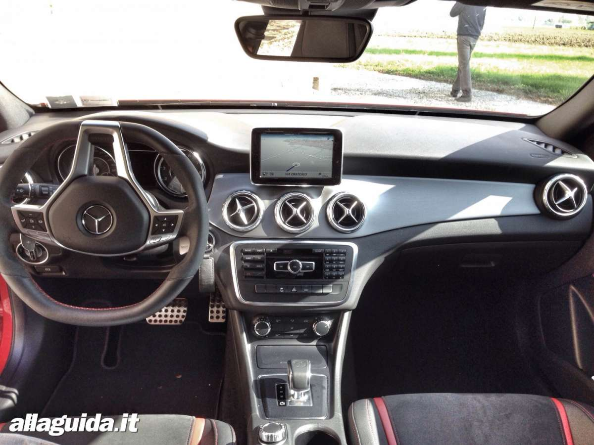 Mercedes GLA 45 AMG interni