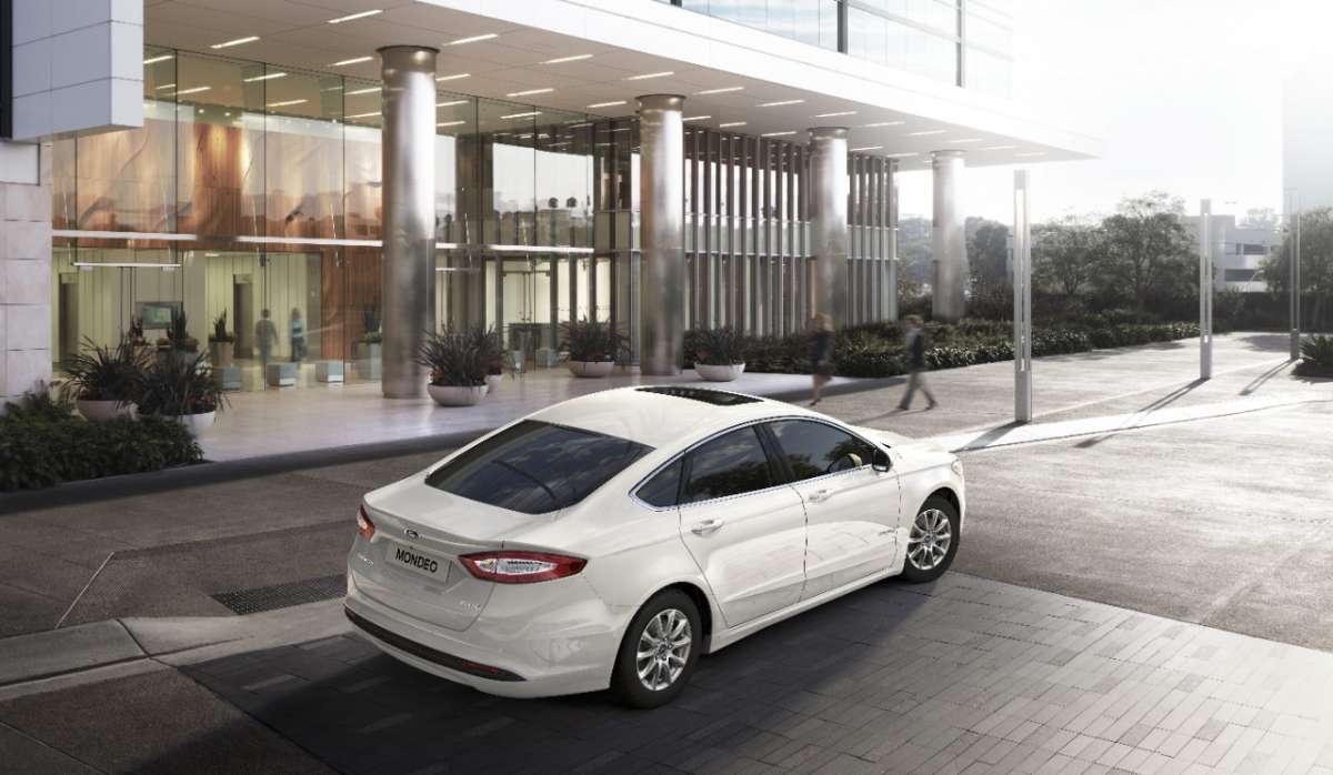 Ford Mondeo Hybrid 2015 3/4 posteriore