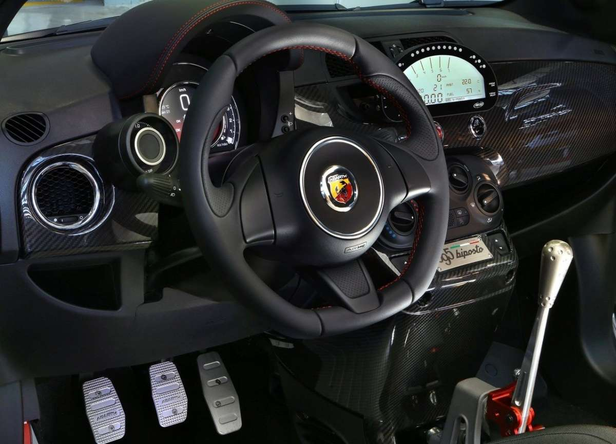 Volante dell'Abarth 695 Biposto
