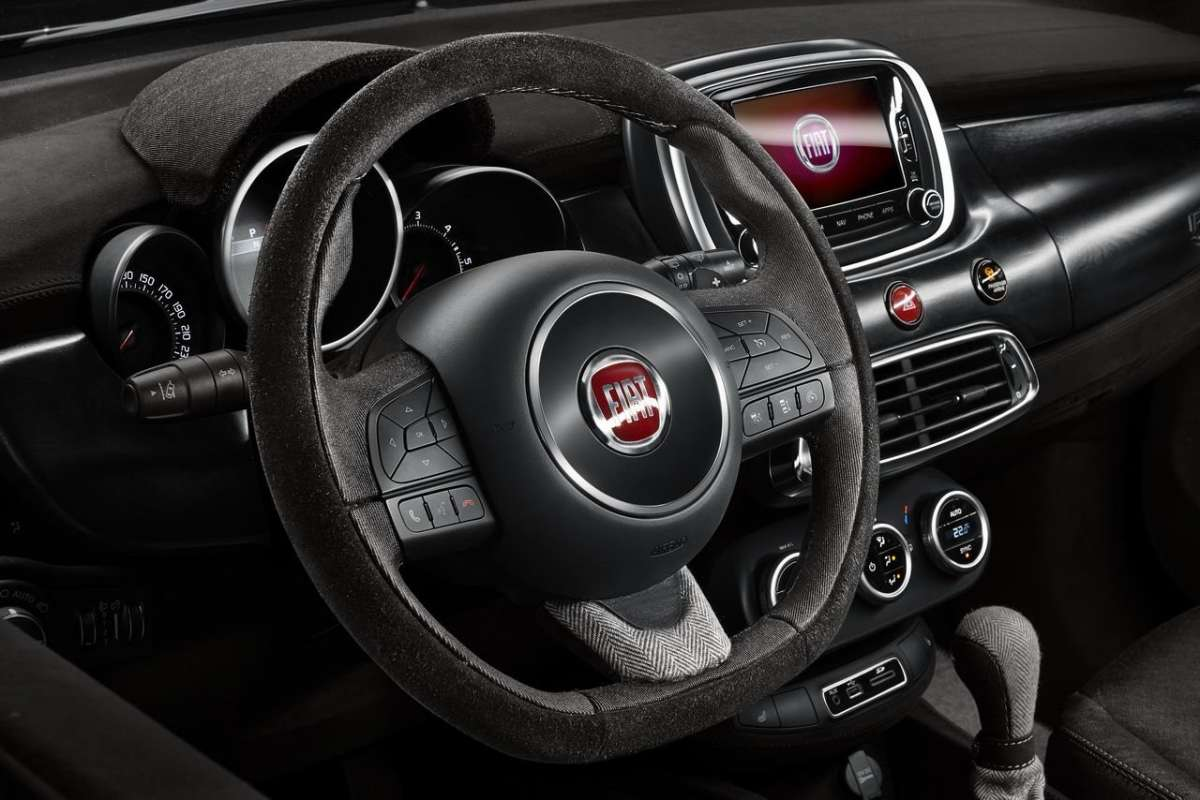 Fiat 500X Black Tie interni con materiali pregiati