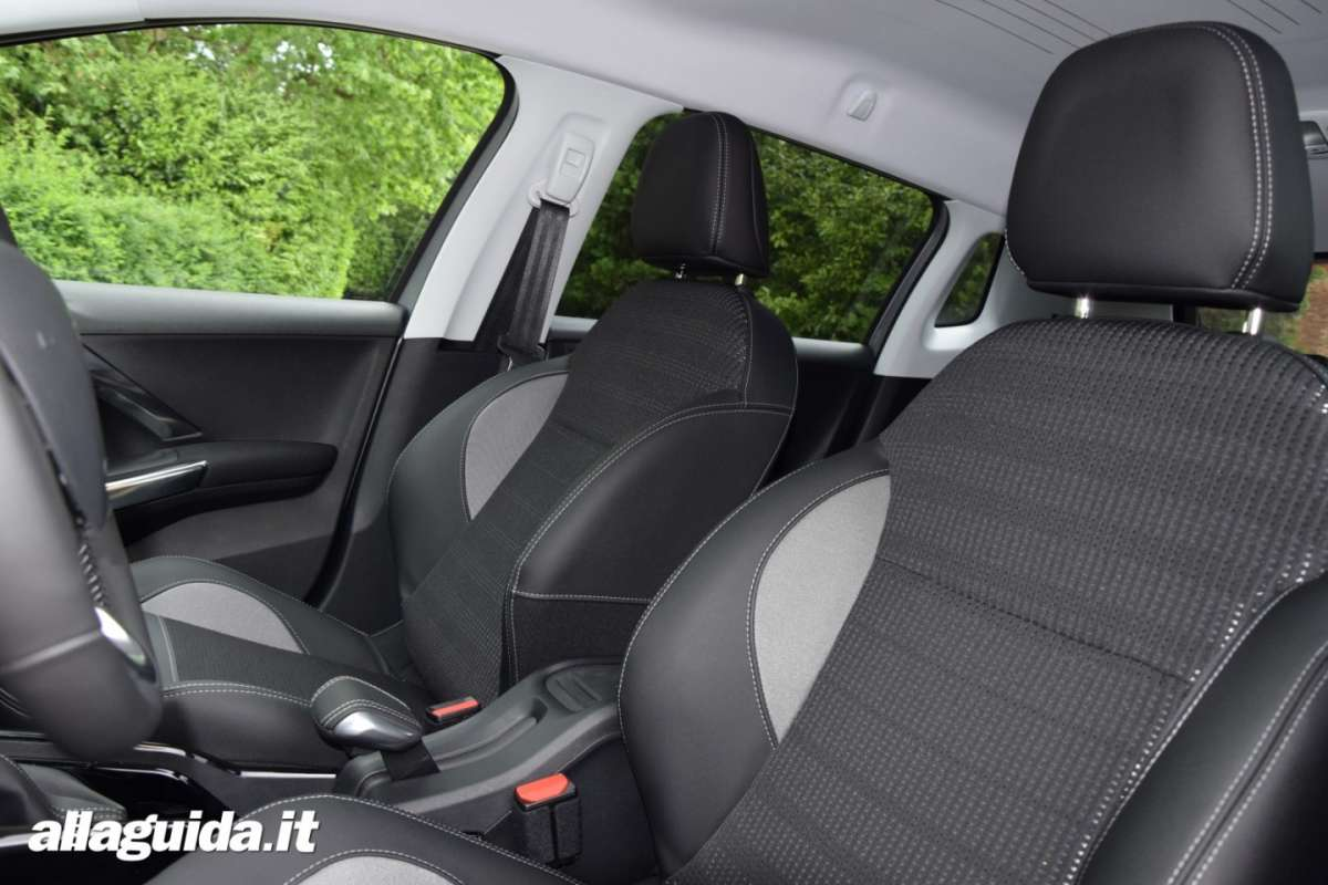 Peugeot 2008 Black Matt, foto interni