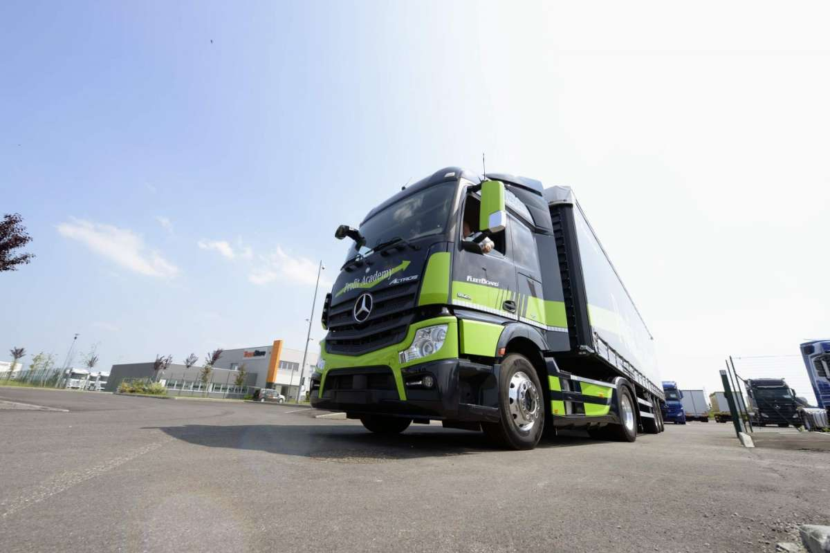 Mercedes Benz Actros frontale dal basso