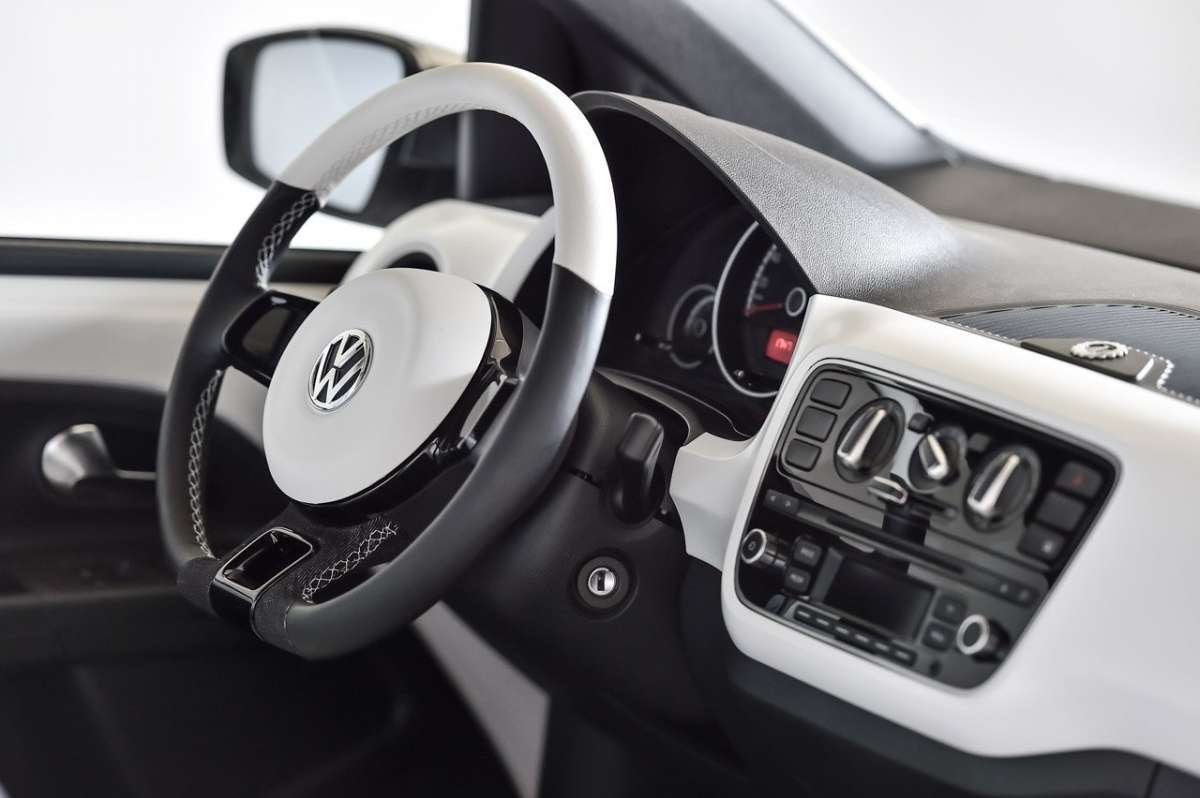 Volkswagen Up! Garage Italia Customs volante in pelle