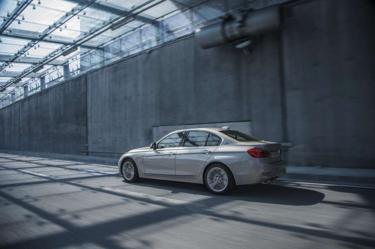 BMW 330e ibrida plug-in opinioni