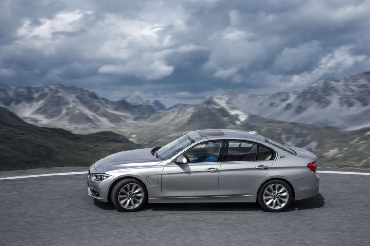 BMW 330e ibrida plug-in di lato