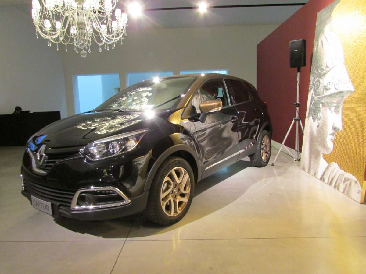 Captur Iconic nero con tetto marrone