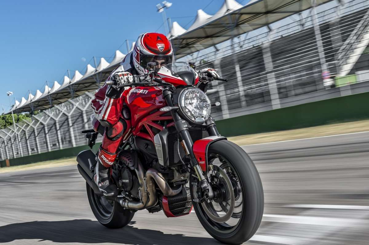 Ducati Monster 1200 R di corsa in pista