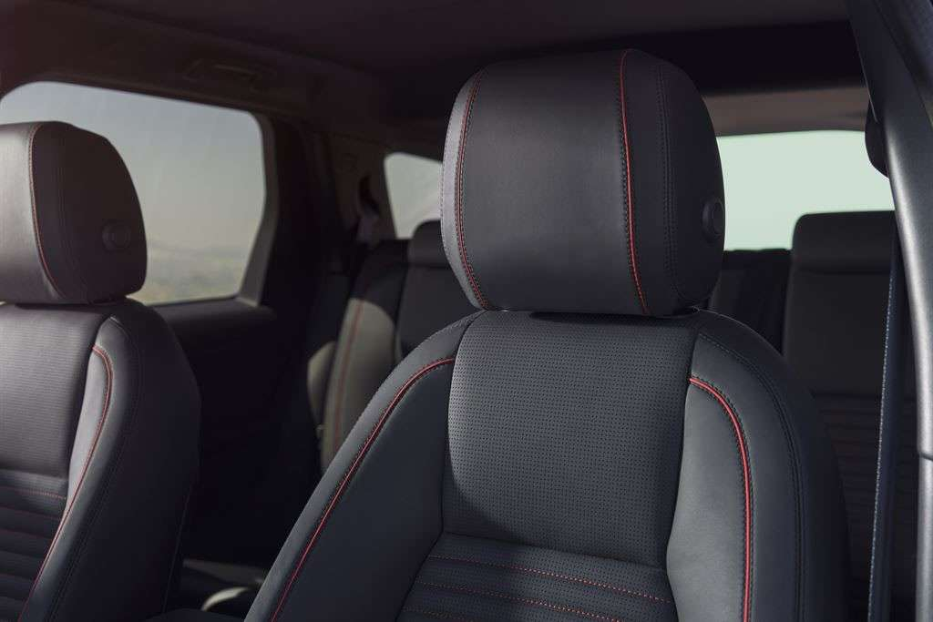 Land Rover Discovery Sport Dynamic 2016: cuciture rosse