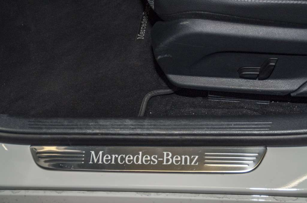 Mercedes C 300 h interni: logo