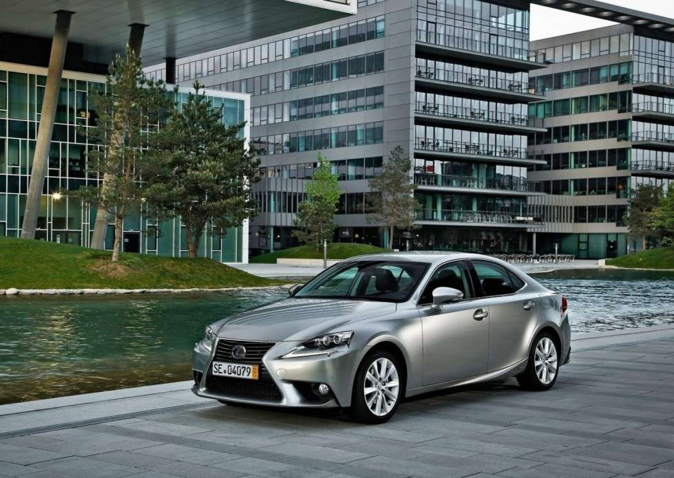 Lexus IS grigia