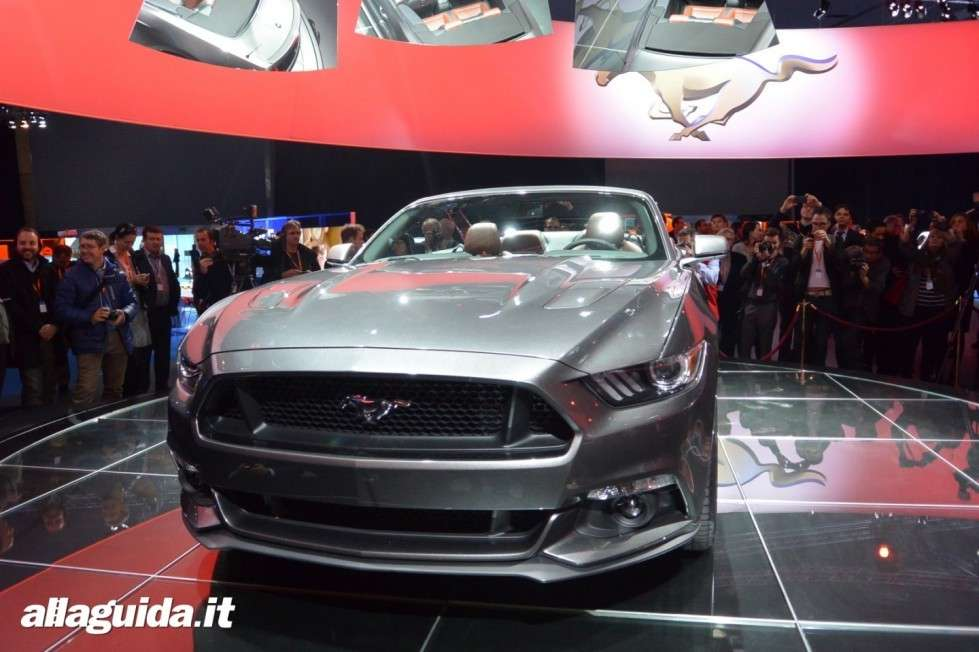 Ford Mustang grigia
