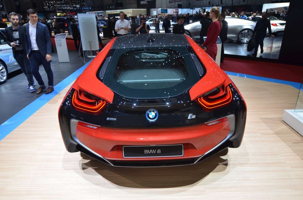 BMW i8 Protonic Red posteriore