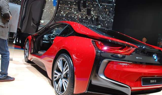 BMW i8 Protonic Red dietro