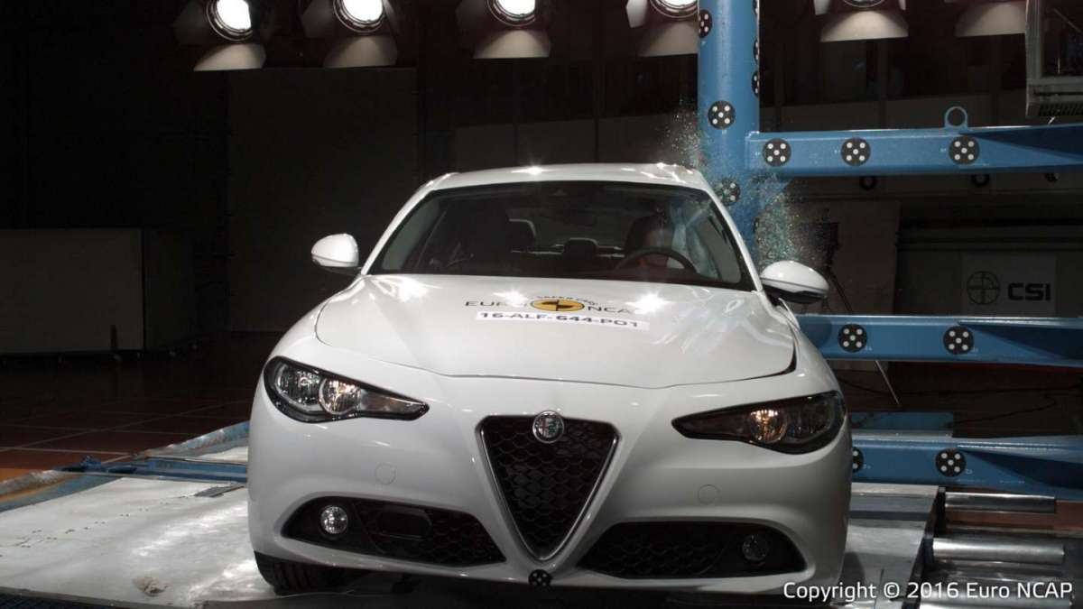 Alfa Romeo Giulia crash test palo