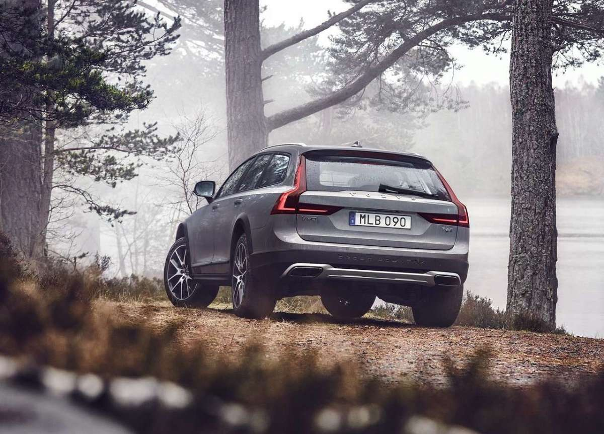 V90 Cross Country 2016 da dietro