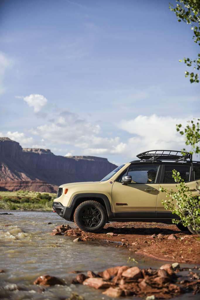 Jeep Renegade Desert Hawk in fuoristrada