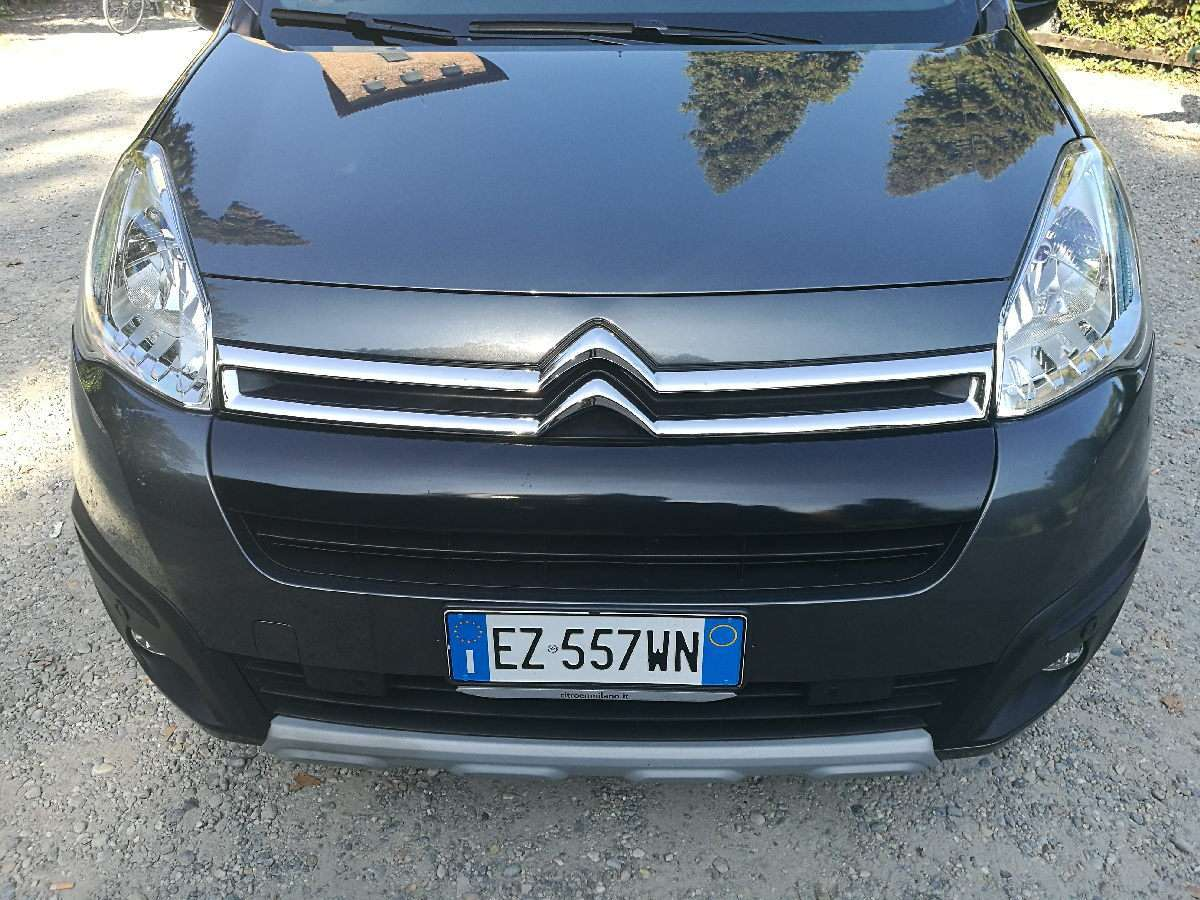 Citroen Berlingo vista di muso