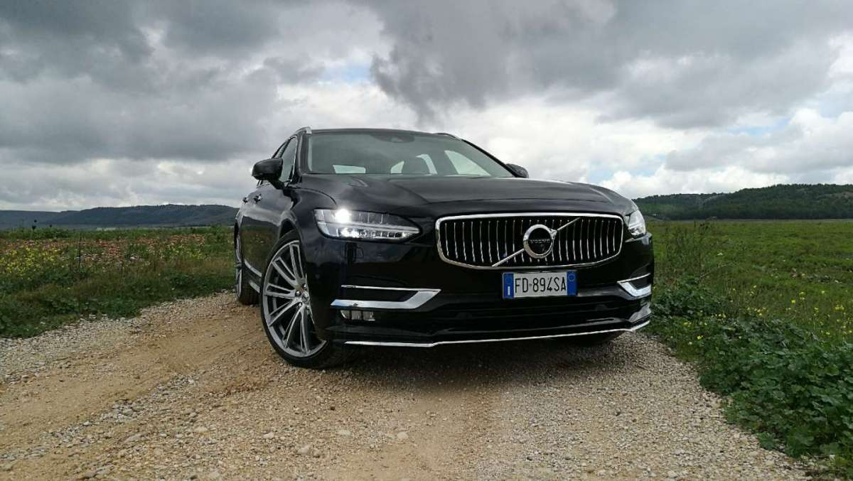 Volvo V90 luci accese