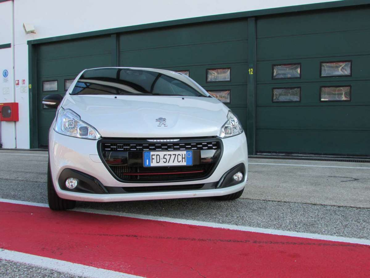 208 GTi by Peugeot Sport aggressiva