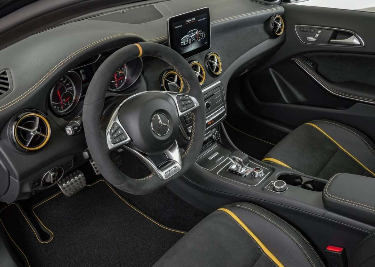 Abitacolo di Mercedes GLA 45 Yellow Edition