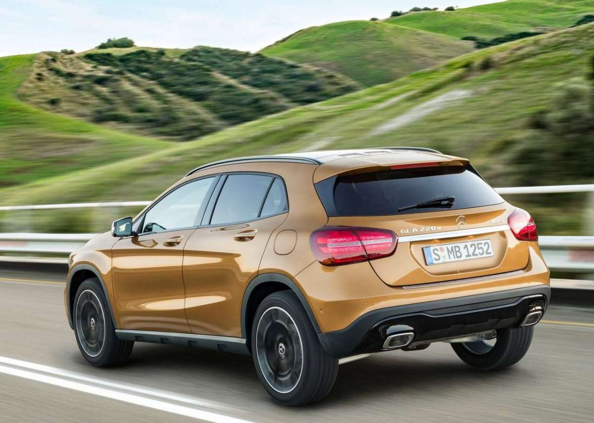 Fari a led su Mercedes GLA restyling