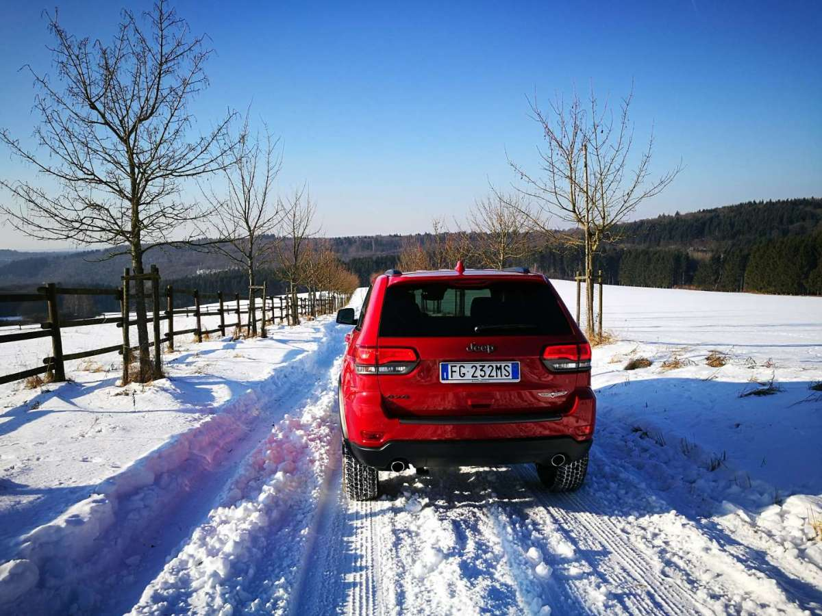Jeep Grand Cherokee Trailhawk sulla neve