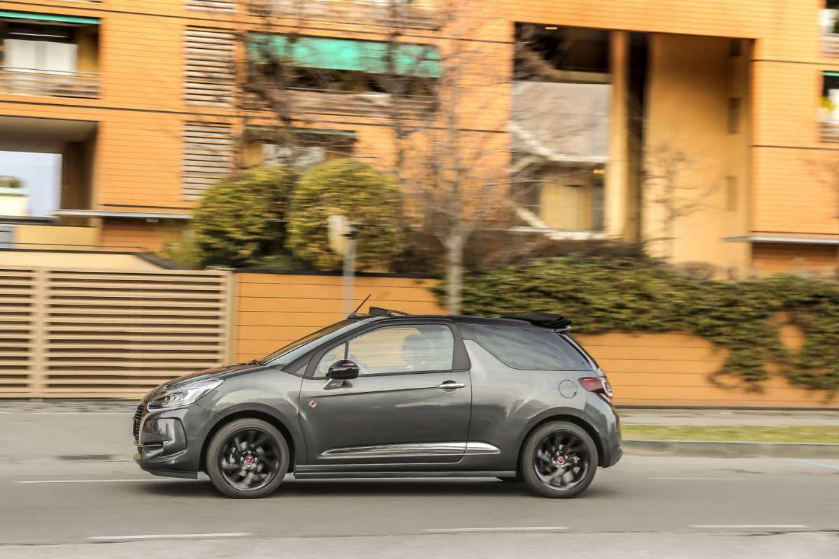 DS 3 Cabrio Performance Line di fianco