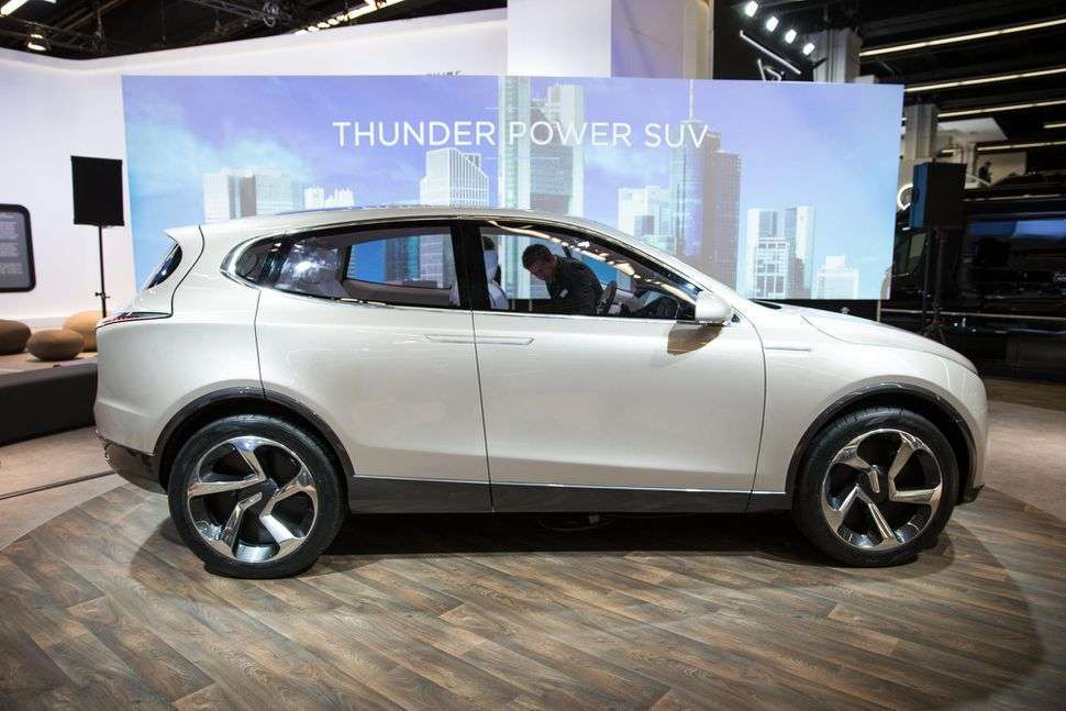 Thunder Power SUV di lato