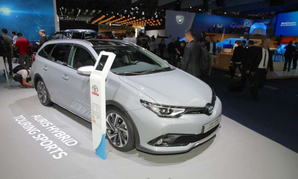 Laterale anteriore dell'Auris Touring Sports Freestyle al Salone di Francoforte 2017