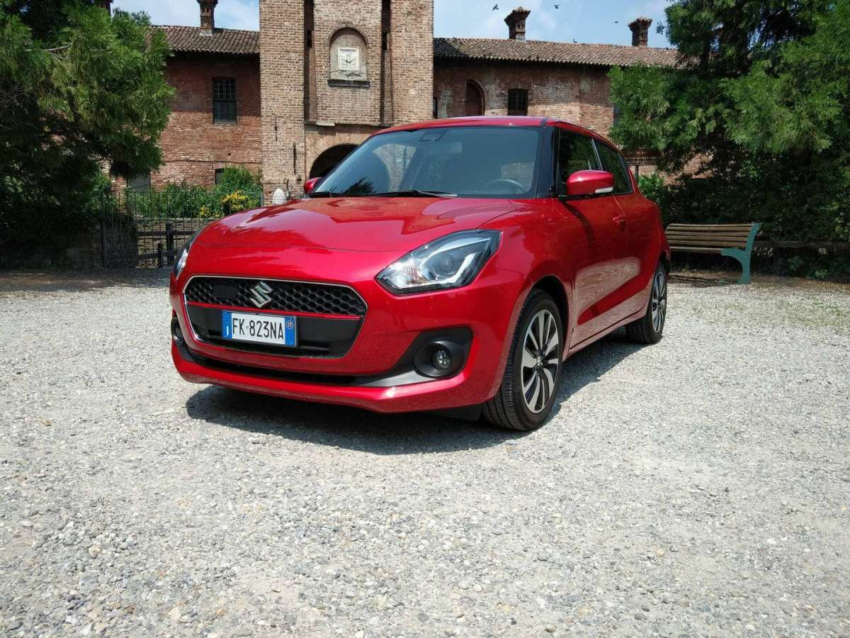 Suzuki Swift Hybrid vista di tre quarti