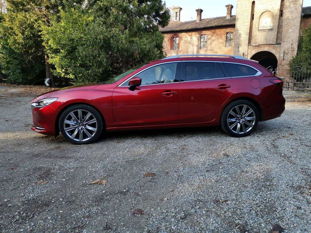 Mazda 6 Station Wagon vista di lato