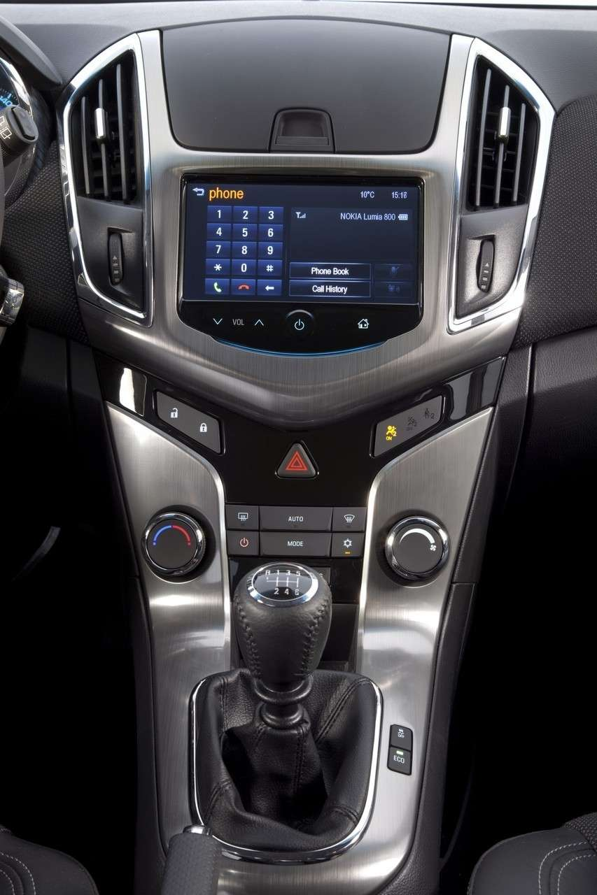 Chevrolet Cruze Station Wagon console centrale (3)