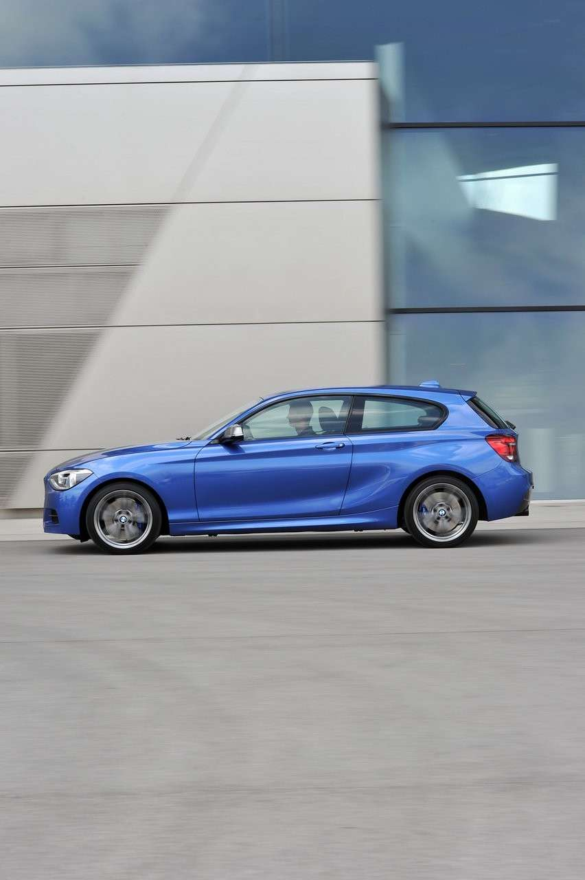 BMW M135i laterale (3)