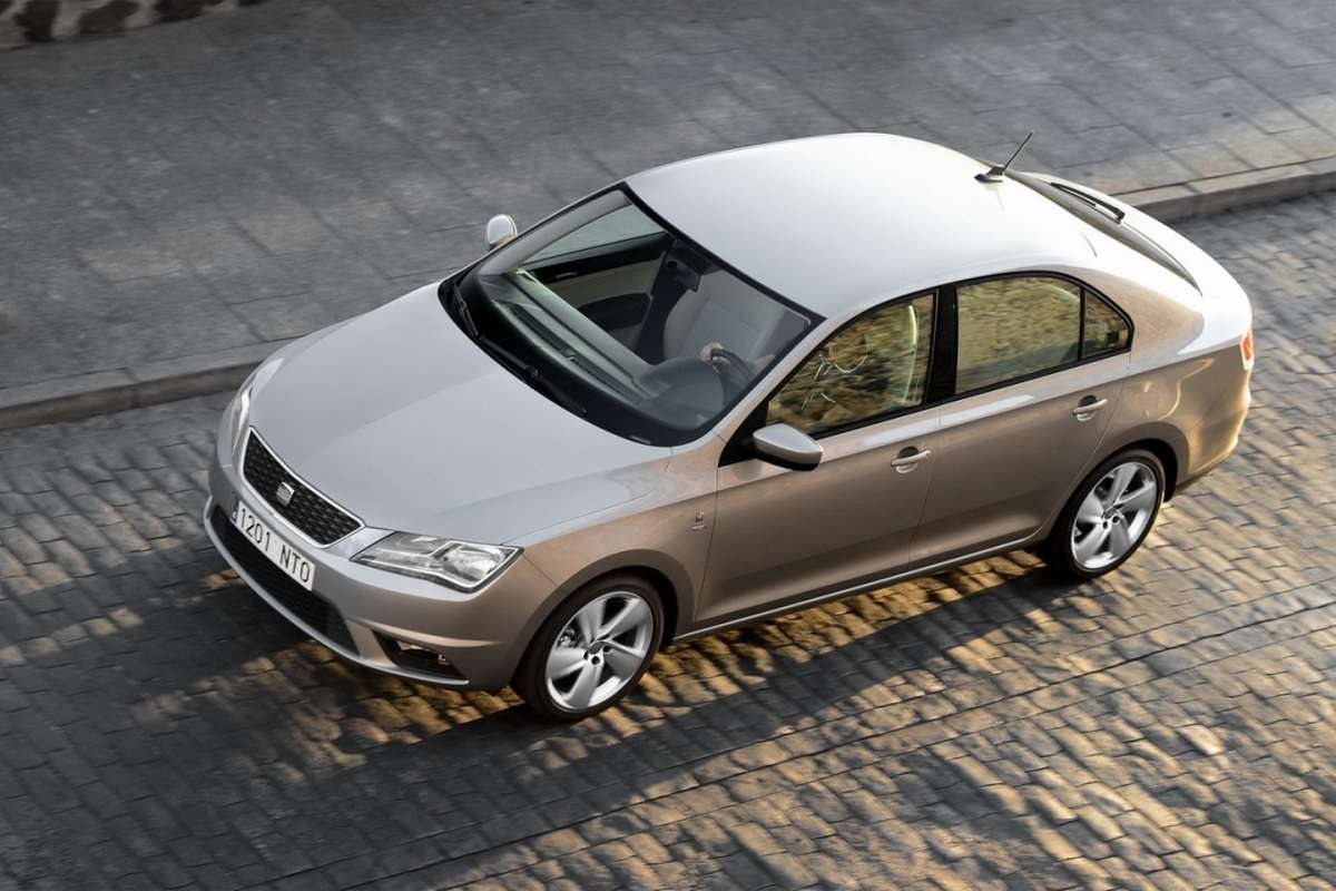 2013-Seat-Toledo-Sedan-visuale laterale frontale dall'alto