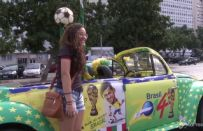 L'auto più colorata dei Mondiali 2014: Volkswagen Beetle del 1982 [VIDEO]