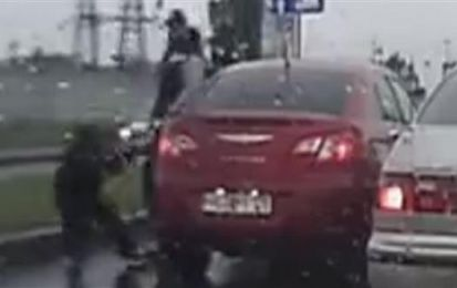 Automobilista aggressivo trova pane per i suoi denti [VIDEO]