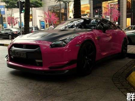 Nissan GT-R rosa in Giappone